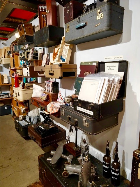 The Last Bookstore downtown LA, hangende koffers