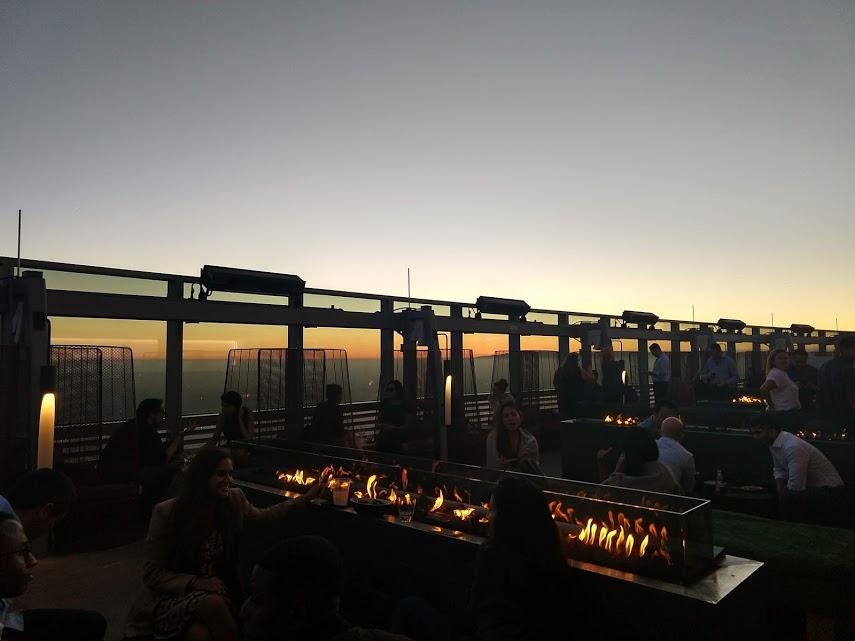 Spire 73 - openluchtbar - rooftop met open haard in downtown LA