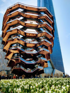 The Vessel met witte tulpen in de Hudson Yards