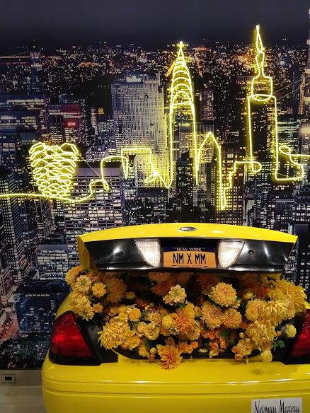 Taxi met gele bloemen, étalage van Neiman Marcus in Hudson Yards