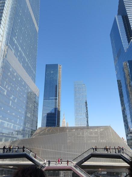 Bovenste verdieping The Vessel met zicht op de Hudson Yards en het topje van de Empire State Building