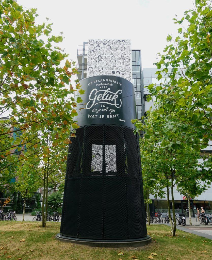 """""""De belangrijkste voorwaarde voor GELUK is dat je wilt zijn wat je bent."""" Erasmus, mural in Rotterdam op Stationsplein"""