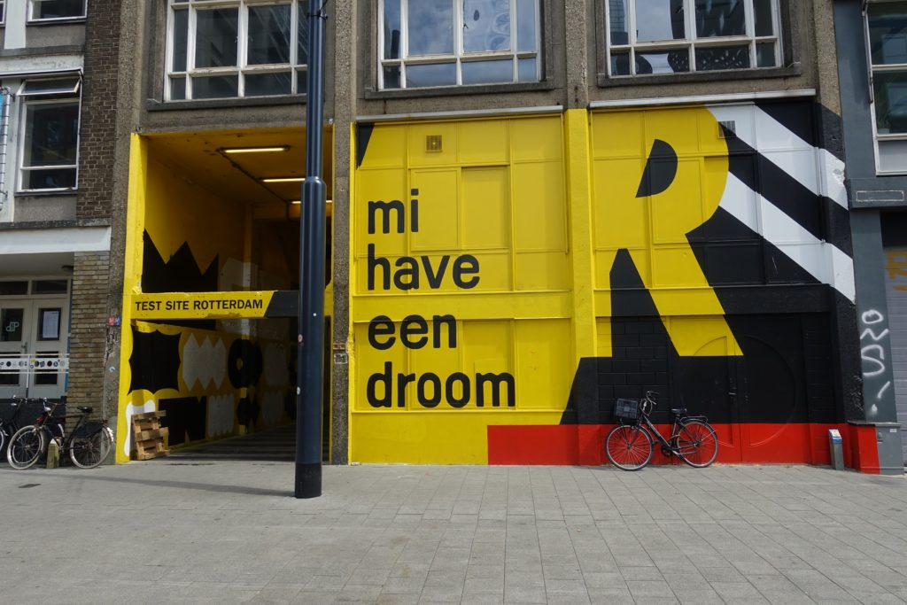Start luchtsingel Delftseplein, gele gevel met opschrift 'mi have een droom', Rotterdam