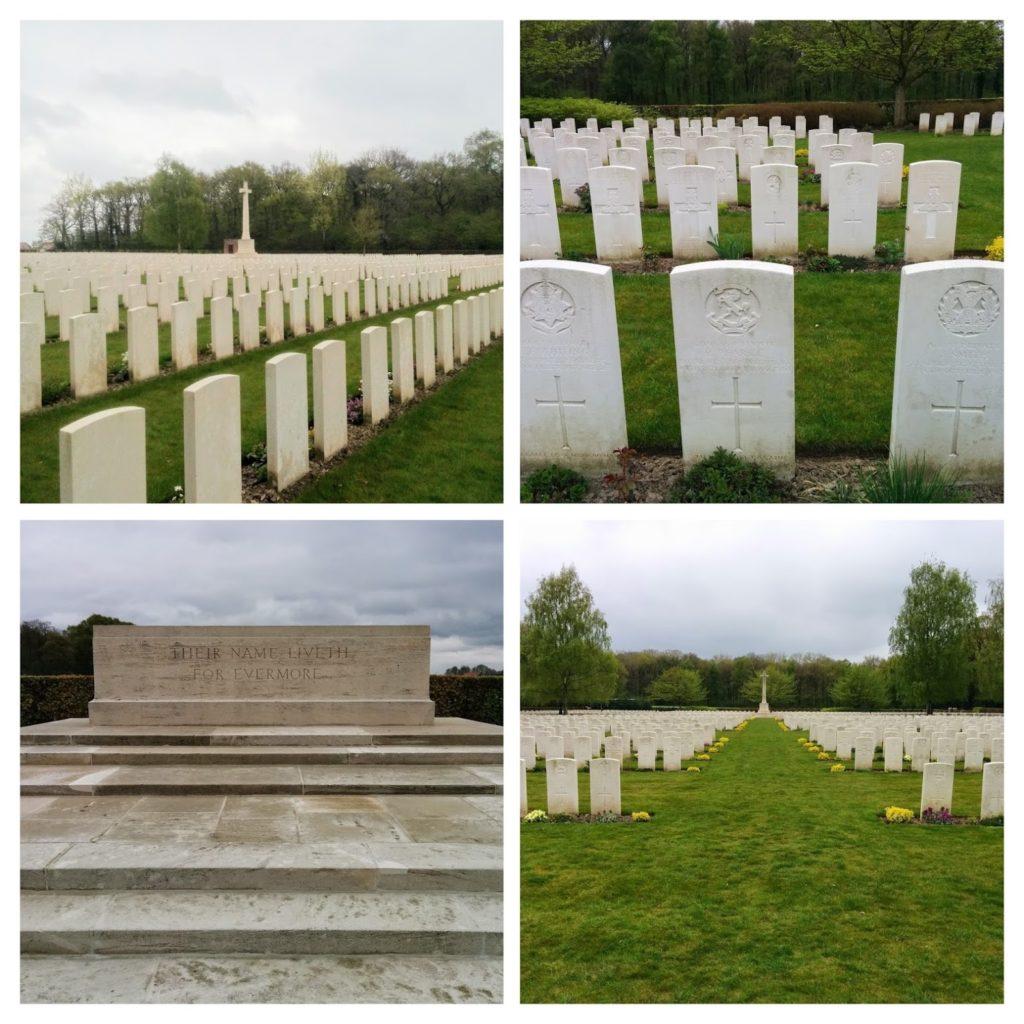 """Witte zerken in een groen landschap, Westvleteren, Engels kerkhof, tekst: """"Their name liveth for evermore"""""""