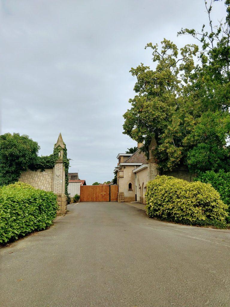 Sint-Sixtusabdij in Westfveteren in de Westhoek, toegangspoort en abdijmuur