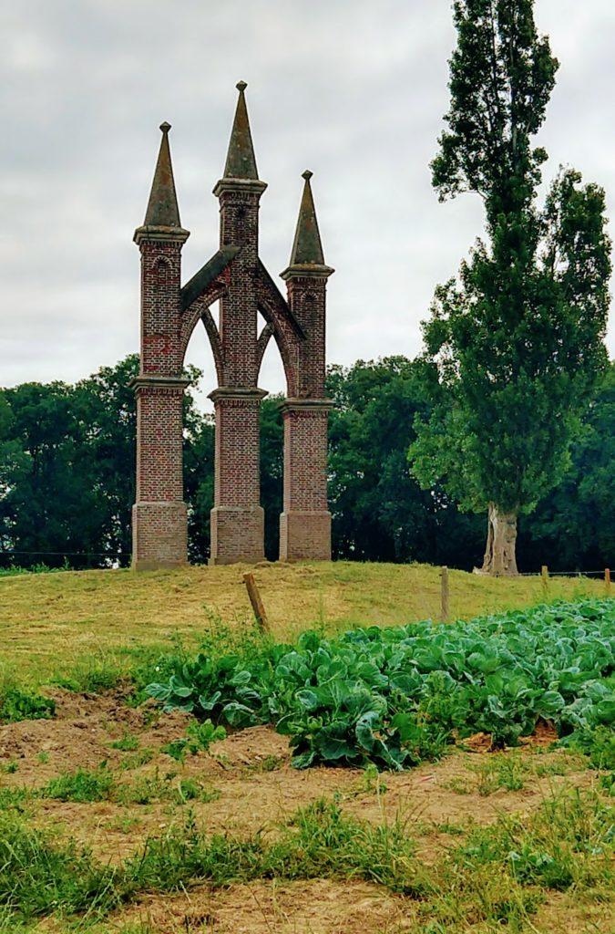 Wesvfleteren, overblijfsel kerk? Drie torenspitsen