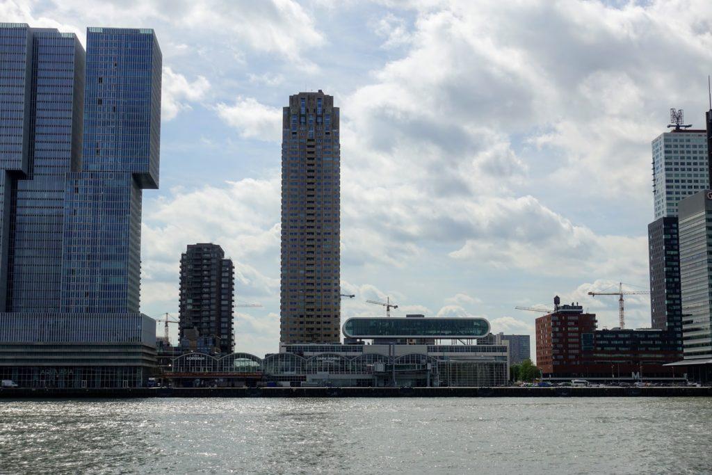 Skyline Rotterdam aan de Nieuwe Maas