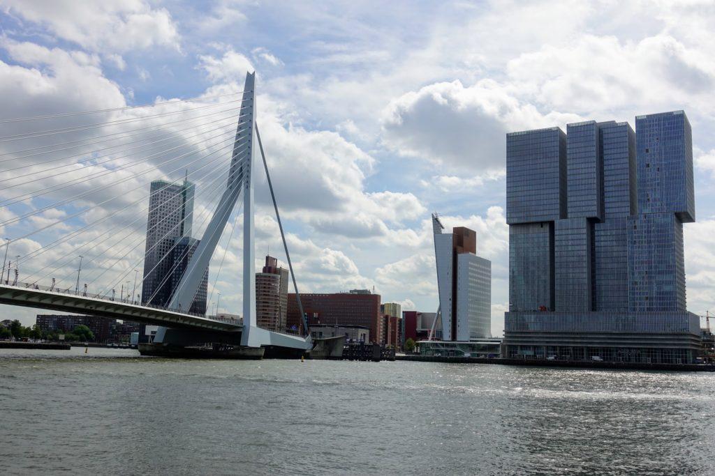 Erasmusbrug - Belvedère - De Rotterdam, skyline in Rotterdam op Wilhelminapier