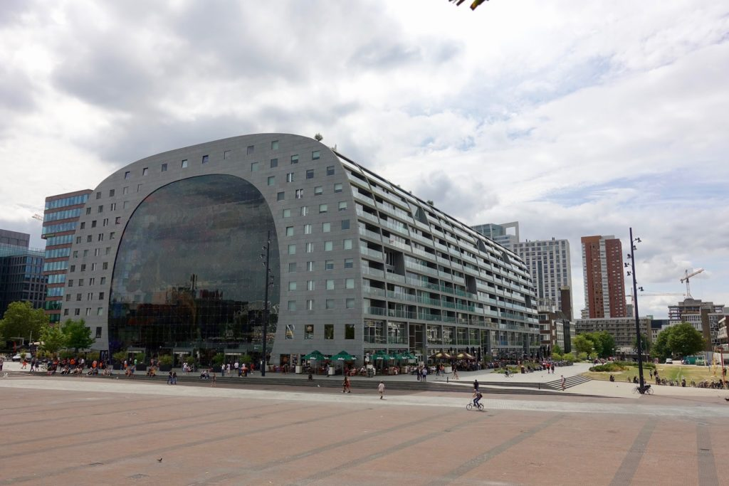 Markthal Rotterdam, buitenzijde met marktplein