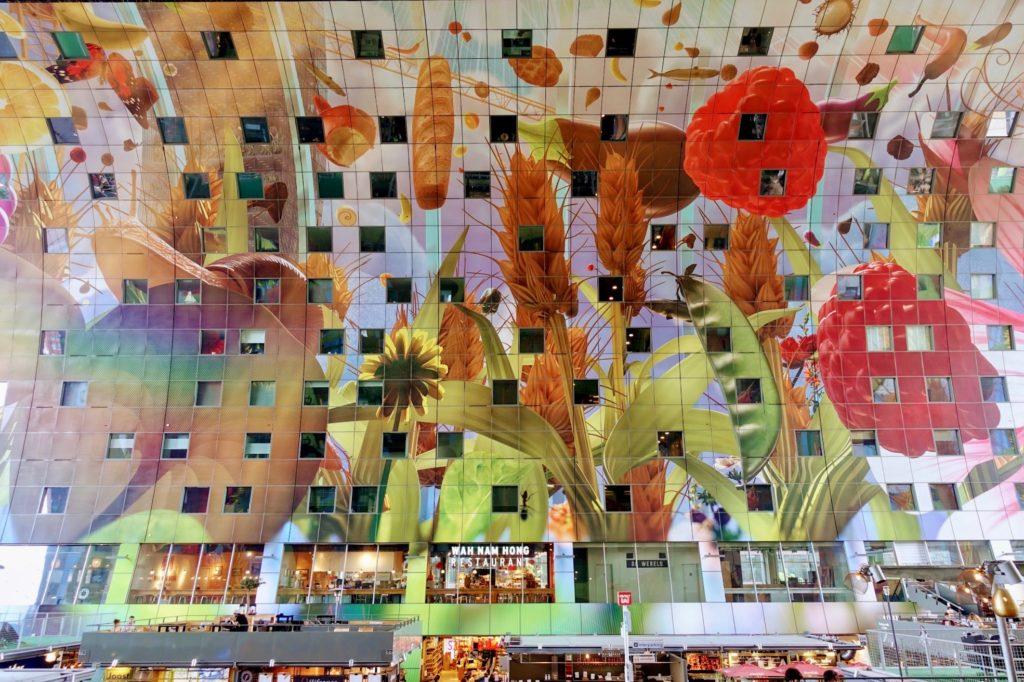 Kleurrijke wandbekleding met bloemen en meer, Markthal Rotterdam