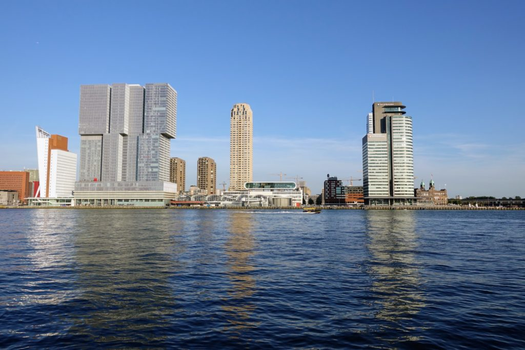 Wilhelminapier of Kop Van Zuid in Rotterdam met de meest opvallende gebouwen langs de Nieuwe Maas; v.l.n.r.: Belvedère - De Rotterdam - New Orleans - Fotomuseum - World Port Center - New York Hotel