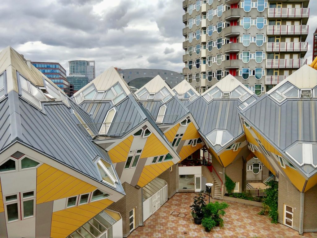 Overzicht gele kubussen vanuit de lucht - Rotterdam