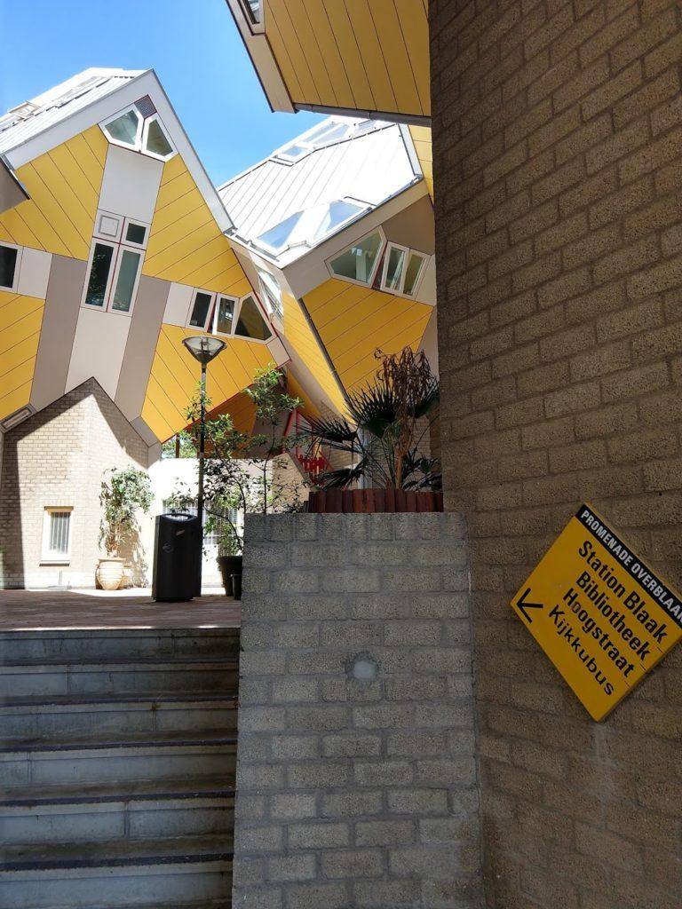 Gele kubus en wegwijzer naar faciliteiten van de community, Rotterdam
