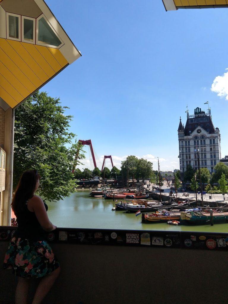 Davina op een balkon van de gele kubussen met zicht op de Oude Haven, het witte Huis en de Willemsbrug, Rotterdam
