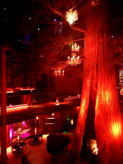 Redwood pine boom in het midden van Clifton's -DTLA