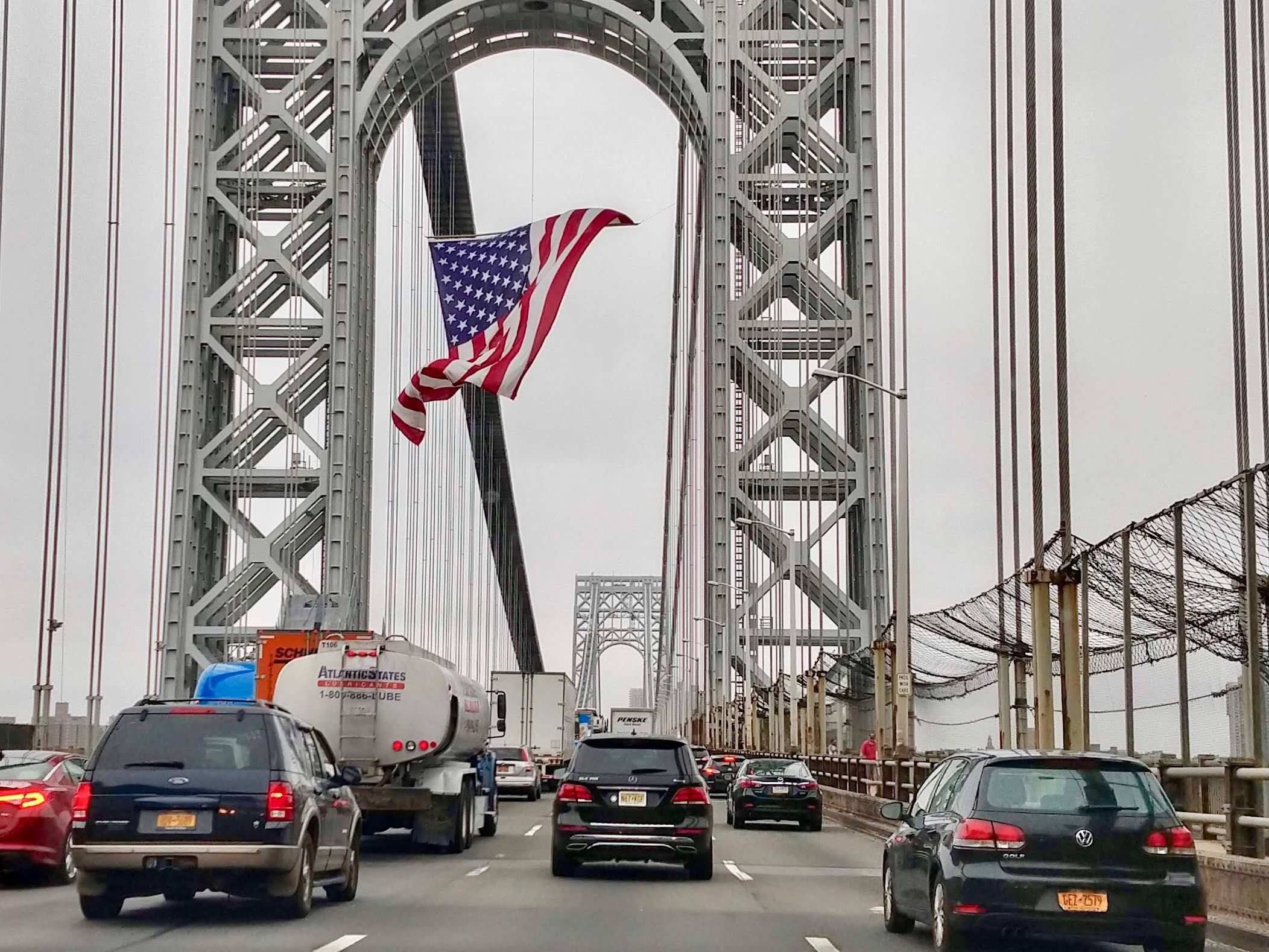 George Washington Bridge - over de Hudson met Amerikaanse vlag - verbinding tussen NJ en NY
