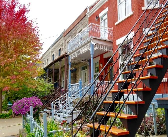 Plateau-Mont-Royal in Montréal Quebec Canada; kleurrijke woningen met trappen met bomen met warme herfstkleuren tijdens herfstrit in Noord-Amerika
