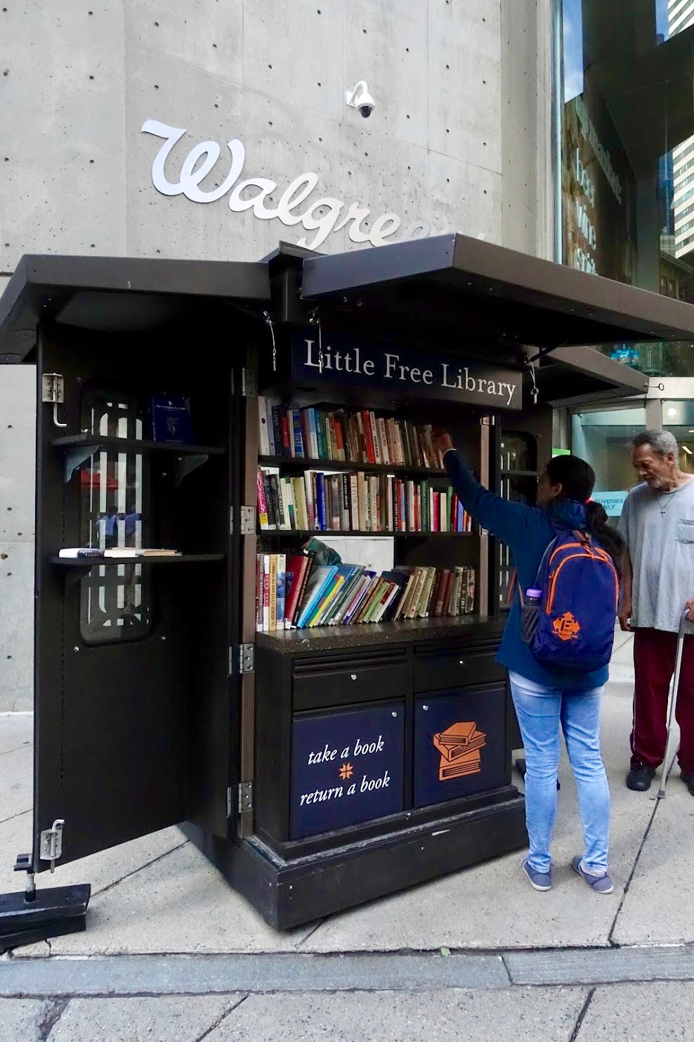 Little Free Library bij Walgreens in Boston