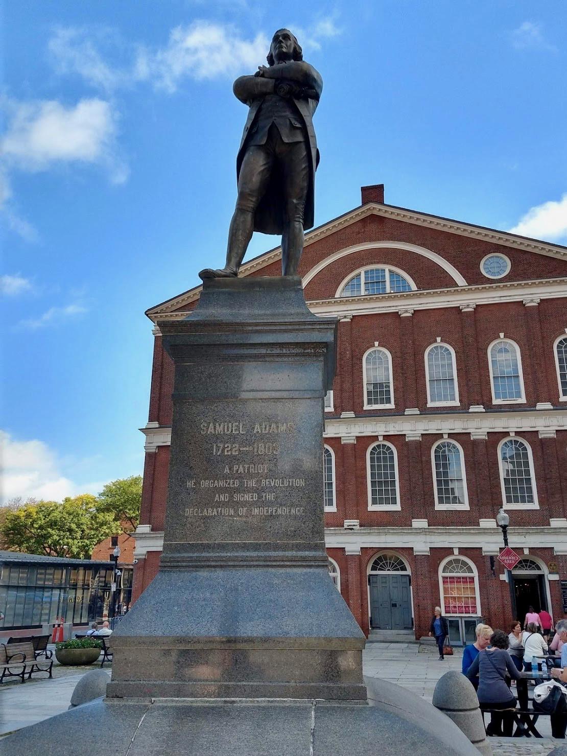 Beeld van Samuel Adams voor Faneuil Hall in Boston