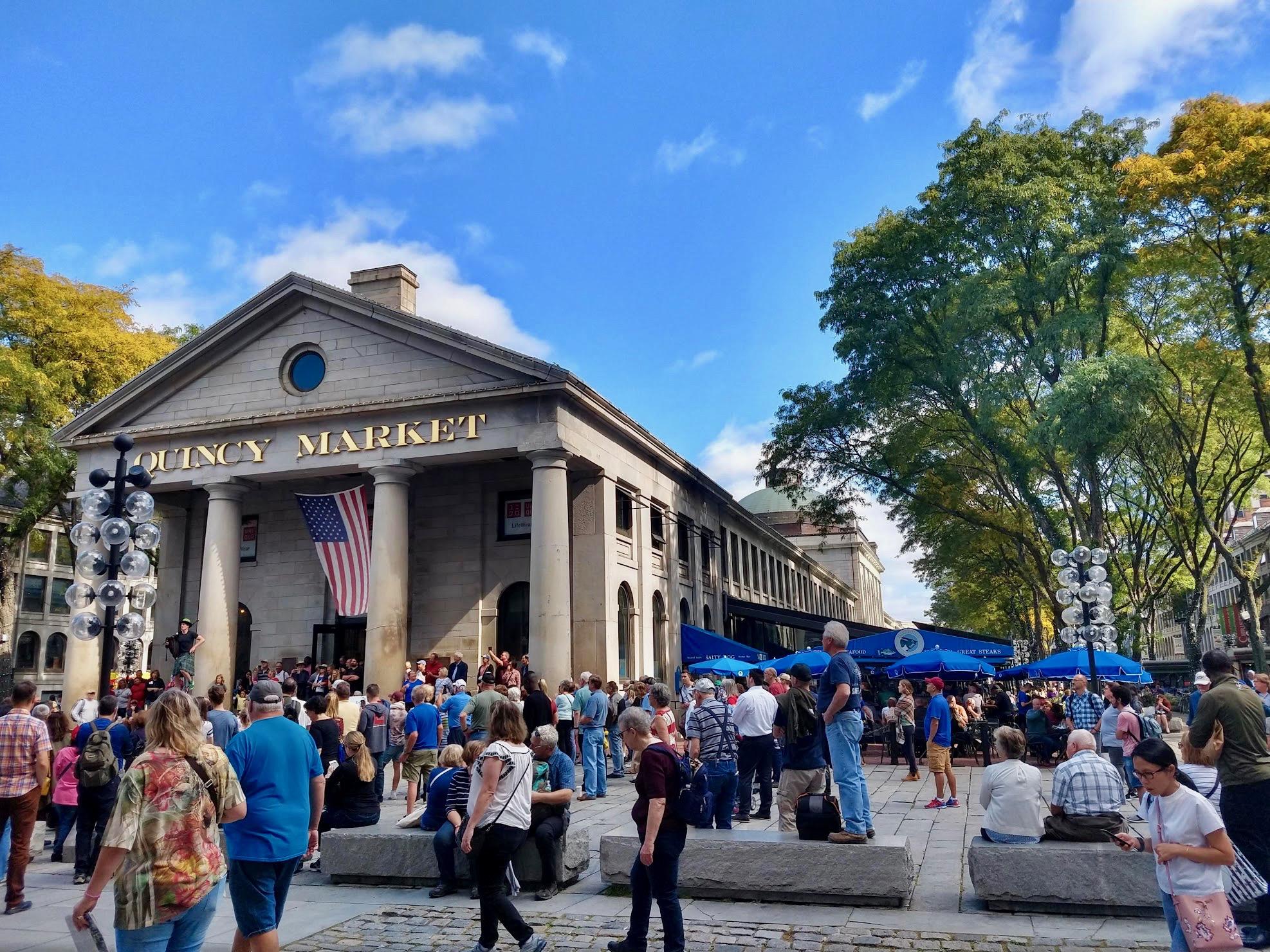 Een gezellige drukte rond Quincy Market in Boston