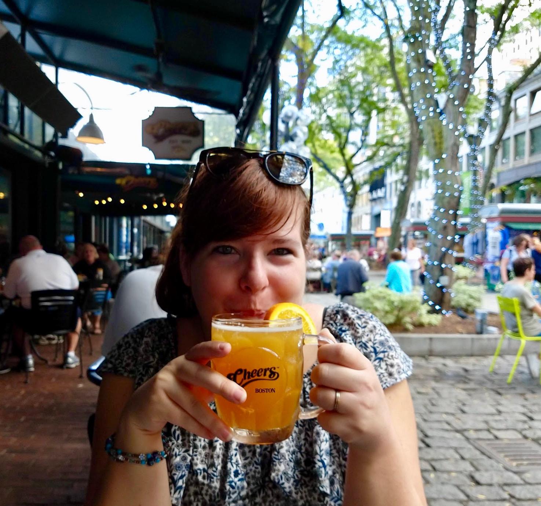 Davina van Latcho Drom met Blue Moon biertje op het terras van het Cheers Café in Boston