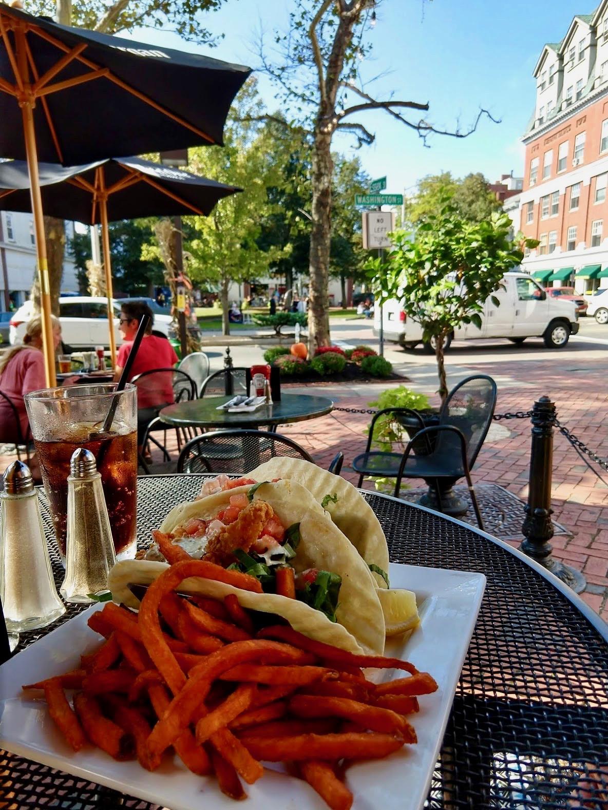 Taco's bij Rockafellas op het terras in Salem