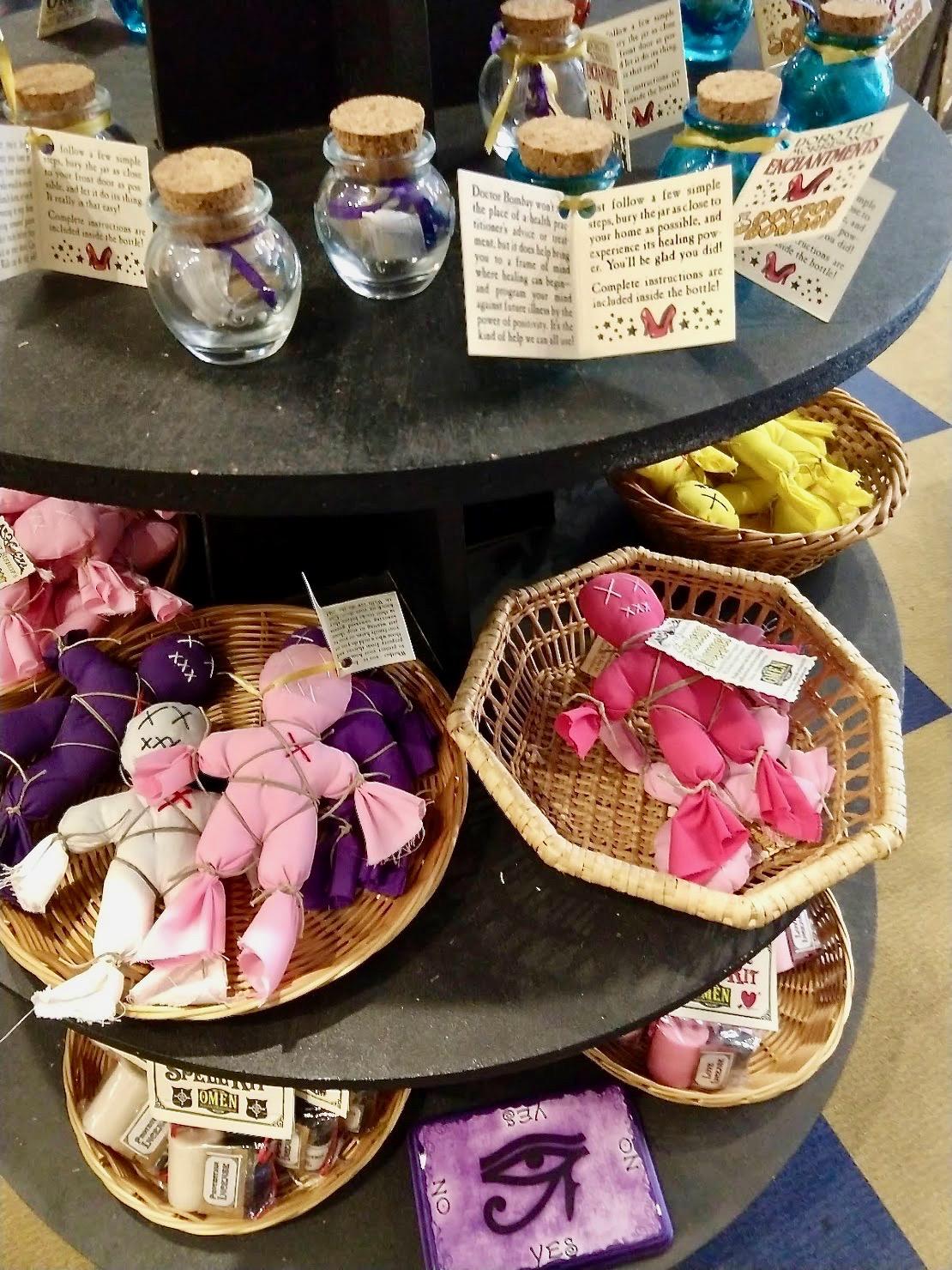 Magische spullen te koop in een heksenwinkel in Salem