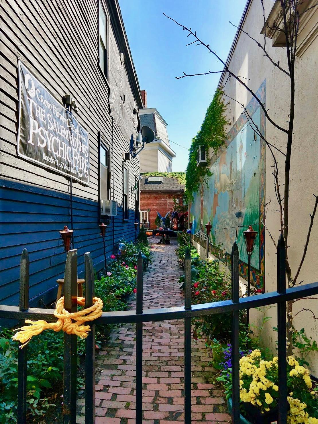 Zijstraatje met bloemetjes en fakkels in Salem